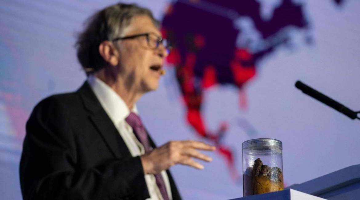 Bill Gates habla de los WC waterless… con un bote de heces