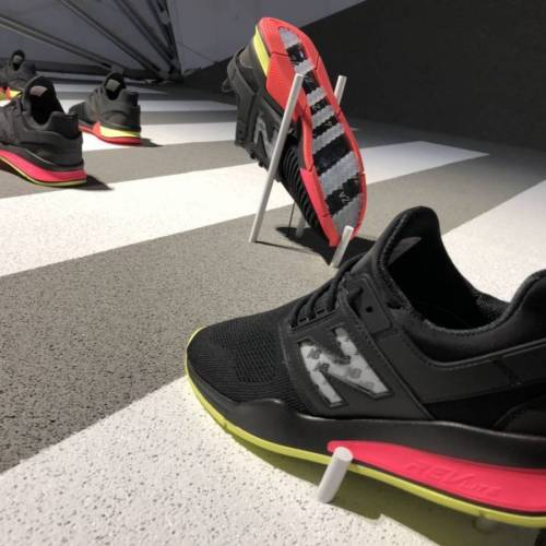 Sony y New Balance firman estas zapatillas con e-ink